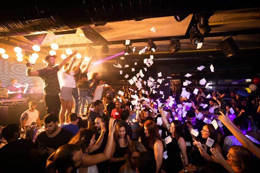 Un groupe de musique en concert pendant un anniversaire à Toulouse